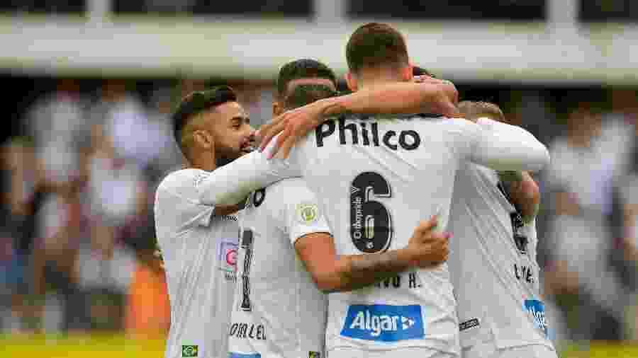 Jogadores do Santos comemoram gol sobre o Goiás no Brasileirão - Duda Bairros/AGIF