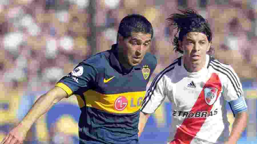 Juan Román Riquelme disputa a bola com Marcelo Gallardo no clássico entre Boca Juniors e River Plate em 2010 - Santiago Rios/Latin Content/Getty Images