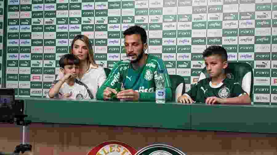 Edu Dracena se emociona ao lado dos familiares na despedida do futebol - Danilo Lavieri/UOL Esporte