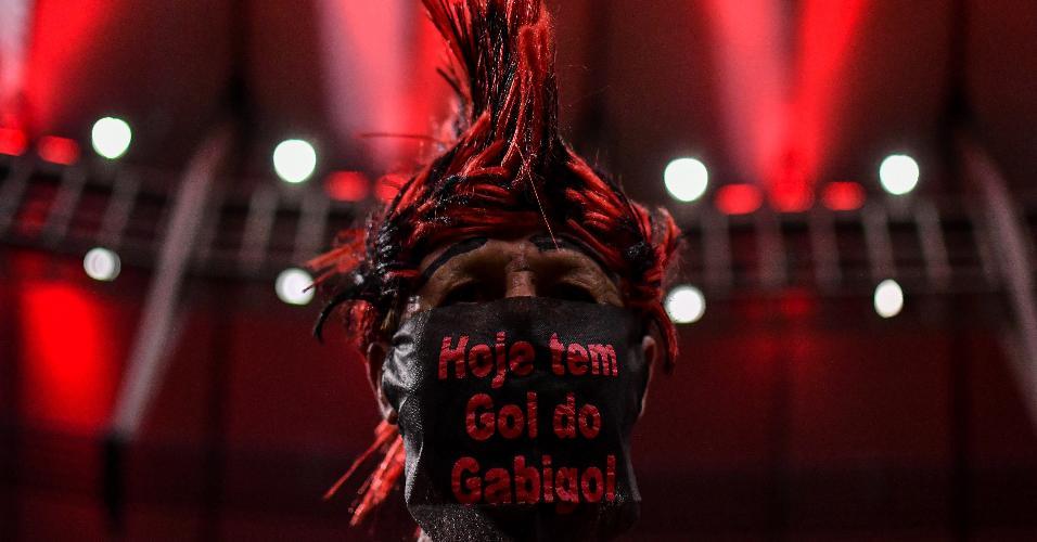 Torcedor do Flamengo usa máscara estilizada na partida contra o Barcelona-EQU pela Libertadores