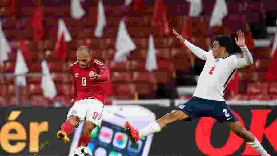 Martin Braithwaite e Trent Alexander-Arnold em lance da partida entre Dinamarca e Inglaterra, válida pela Liga das Nações - Liselotte Sabroe / Ritzau Scanpix / AFP