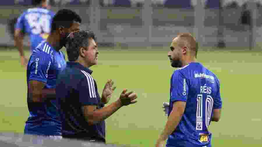 Técnico Ney Franco conversa com Régis, autor de gol do Cruzeiro contra o Vitória no Mineirão - Fernando Moreno/AGIF