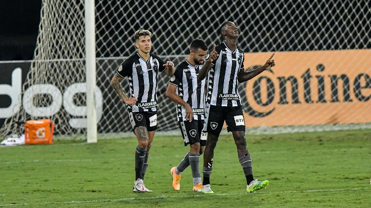 Matheus Babi comemora gol com o Botafogo na partida contra o Vasco, pela Copa do Brasil - Thiago Ribeiro / AGIF - Thiago Ribeiro / AGIF