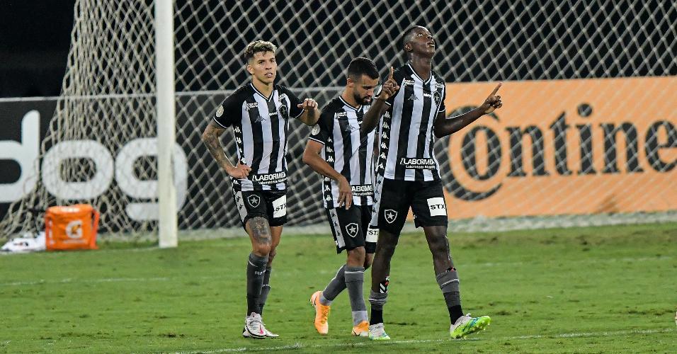 Matheus Babi comemora seu gol pelo Botafogo na partida contra o Vasco, pela Copa do Brasil