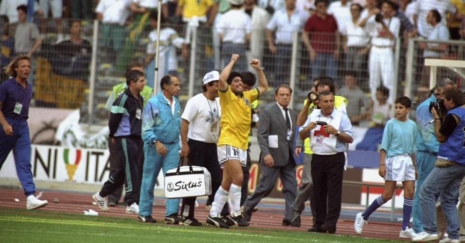 Diego Maradona comemora vitória da Argentina sobre o Brasil na Copa do Mundo de 1990