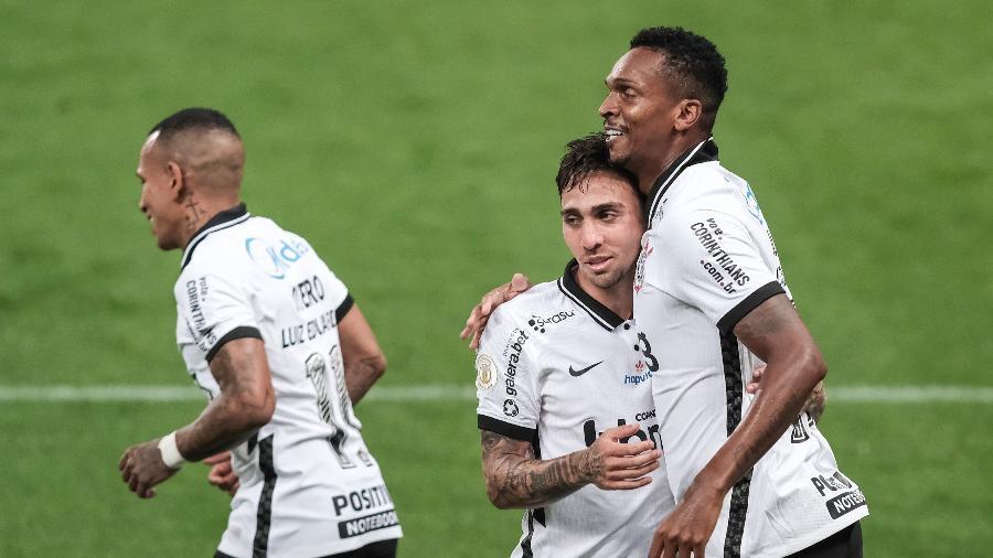 Jô (direita) e Gustavo Silva (centro) comemoram gol do Corinthians contra o Goiás pelo Brasileirão 2020 - Marcello Zambrana/AGIF