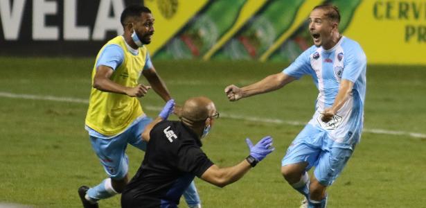 Com emoção e gol contra no fim, Londrina garante acesso à Série B