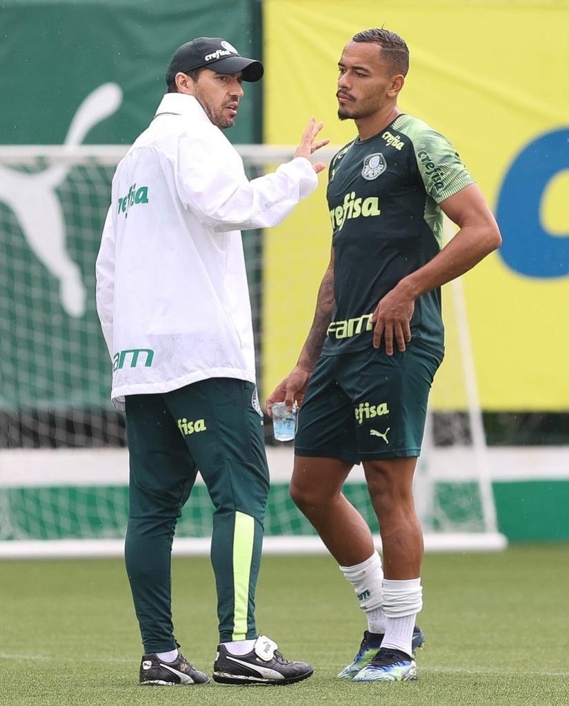 Abel conversa com Rafael Elias, o Papagaio, durante o treino, na Academia de Futebol.