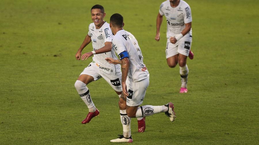 Marcos Guilherme, do Santos, comemora seu primeiro gol durante partida contra o Cianorte, na Copa do Brasil - Ettore Chiereguini/Ettore Chiereguini/AGIF