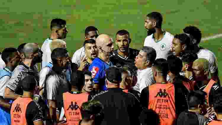 Árbitro é cercado por jogadores de Vasco e Boavista após anular gol em jogo sem VAR - Thiago Ribeiro/AGIF - Thiago Ribeiro/AGIF
