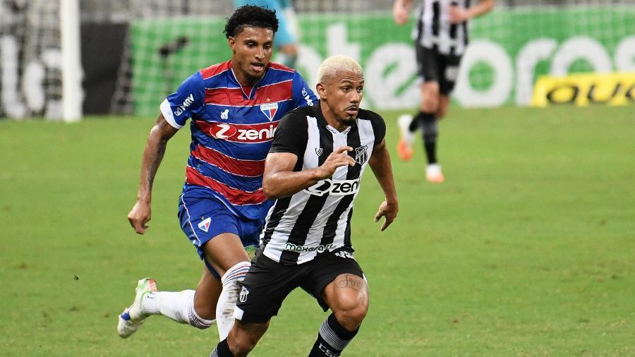 Fernando Sobral domina a bola durante partida entre Ceará e Fortaleza pela Copa do Brasil - Kely Pereira/AGIF