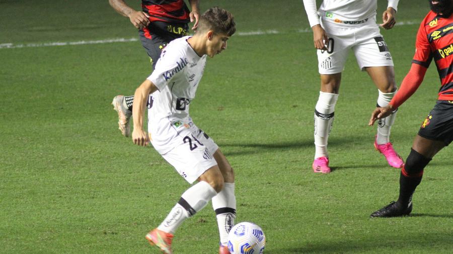 Gabriel Pirani em ação durante a partida do Santos contra o Sport, pelo Brasileirão 2021. - Fernanda Luz/AGIF