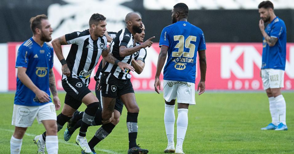 Jogadores do Botafogo celebram gol de Chay na partida contra o Cruzeiro, no Nílton Santos, pela Série B do Brasileirão