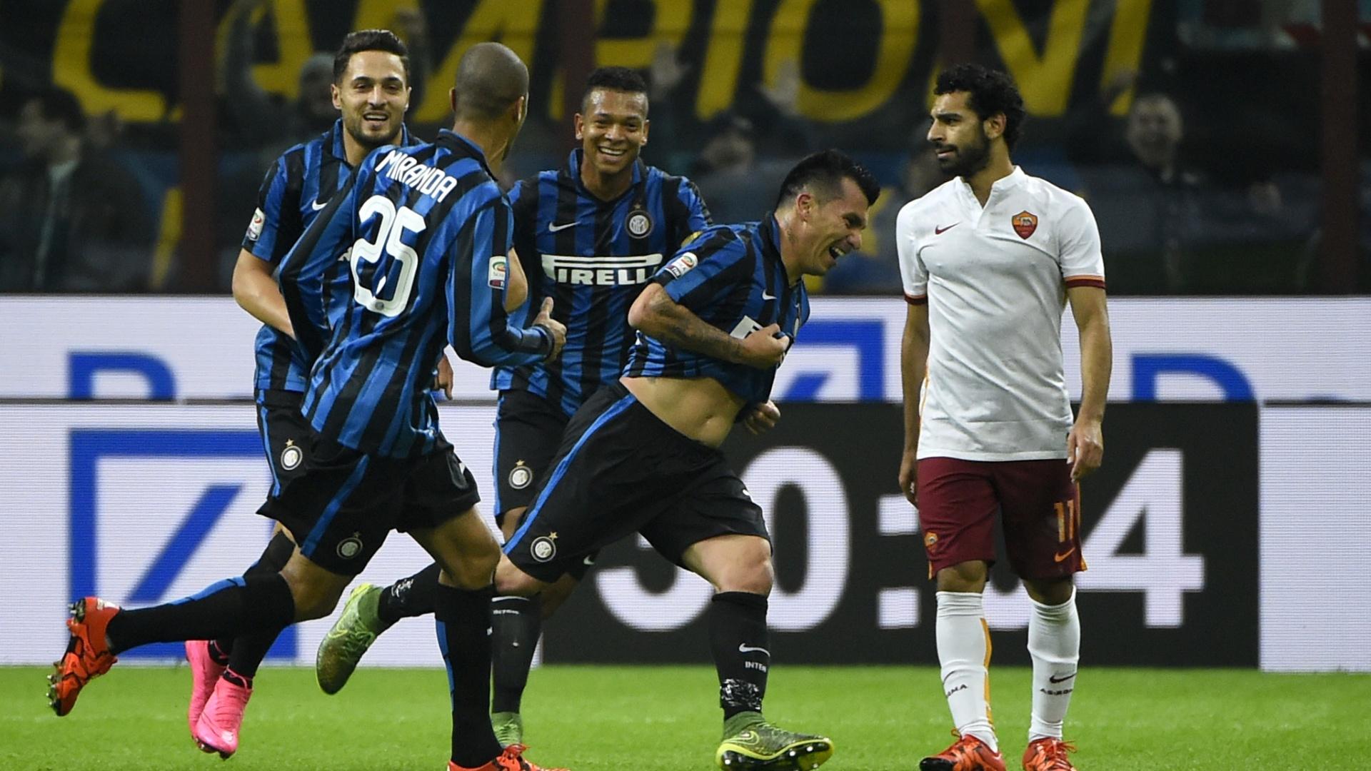 Jogadores da Inter comemoram gol macado contra a Roma, em jogo do Campeonato Italiano