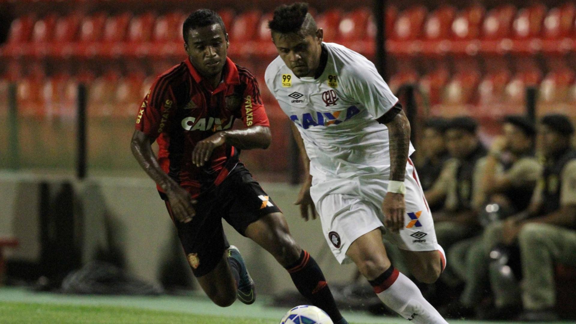 Jogadores de Atlético-PR e Sport duelam pela bola na partida das equipes no Brasileirão