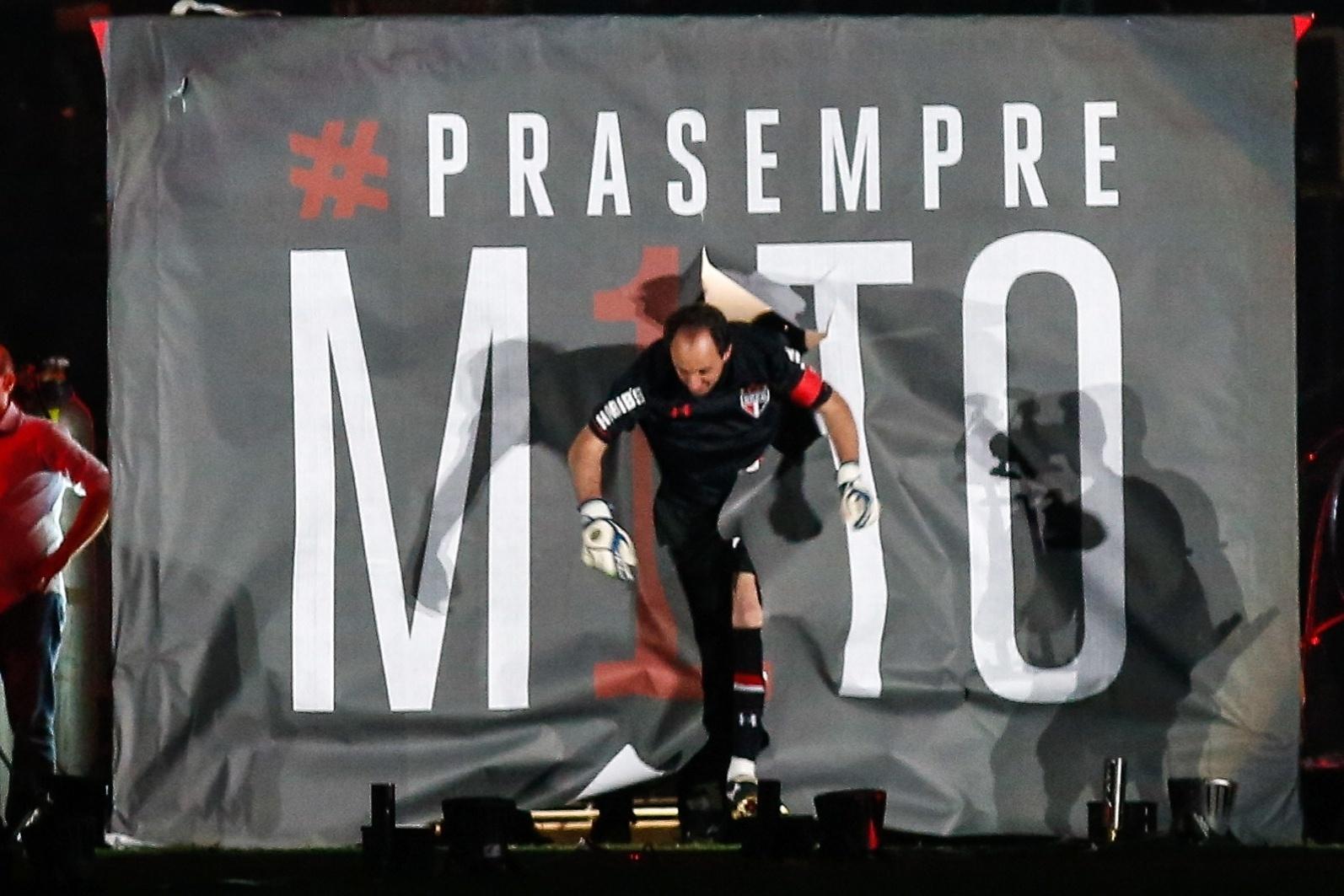 Rogério Ceni entra em campo, no seu jogo de despedida, no Morumbi