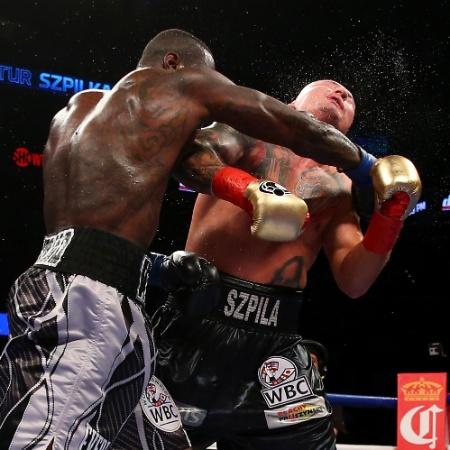 Deontay Wilder nocauteia Artur Szpilka em luta em 2016 - Mike Stobe/Getty Images
