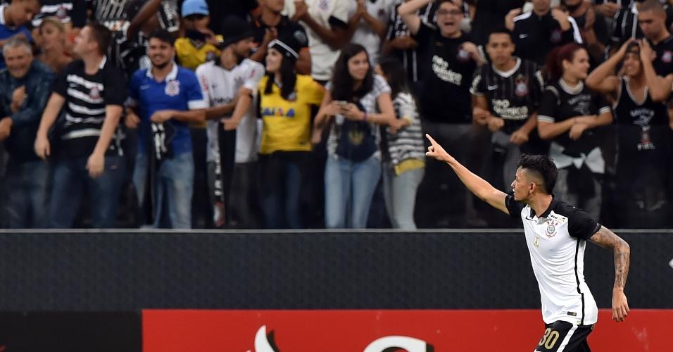 Lucca comemora com a torcida o seu gol pelo Corinthians contra o Cerro Porteño, na Libertadores