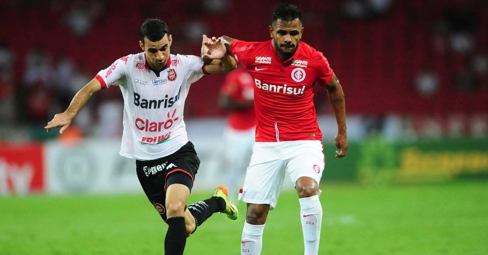 Fernando Bob divide a bola com jogador do Brasil de Pelotas, Diogo Oliveira, em duelo do Gauchão