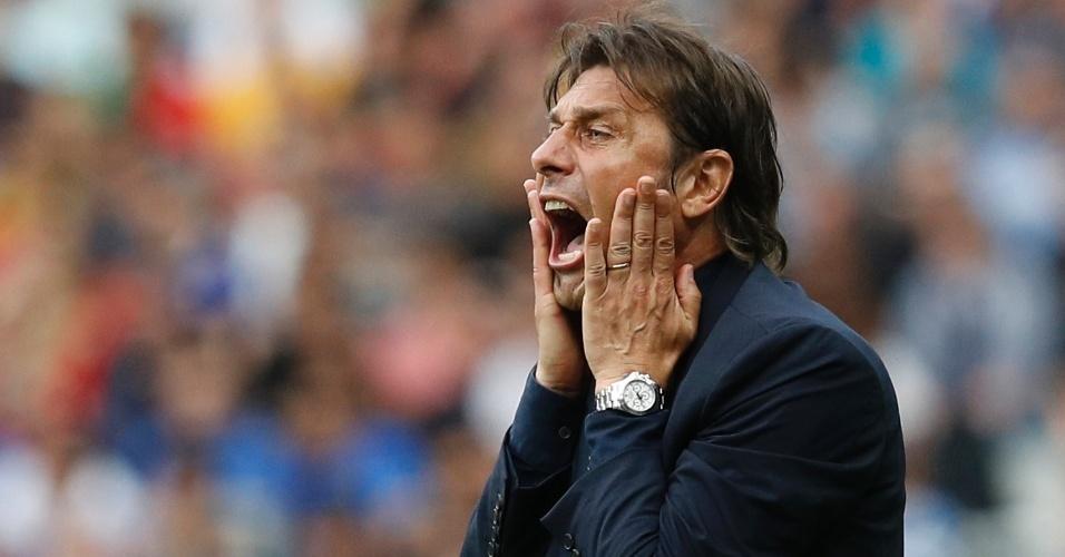 Conte orienta a seleção da Itália durante o confronto com a Espanha, nas oitavas da Eurocopa