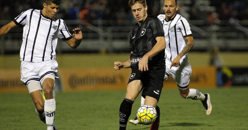 Luis Henrique, do Botafogo, conduz a bola contra o Bragantino