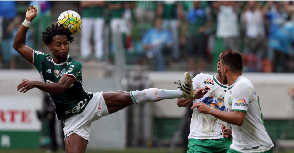 Zé Roberto na disputa de bola contra a marcação da Chapecoense