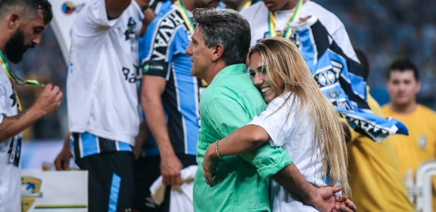 Filha de Renato Gaúcho comemorou título da Copa do Brasil dentro do gramado - JEFFERSON BERNARDES/AFP
