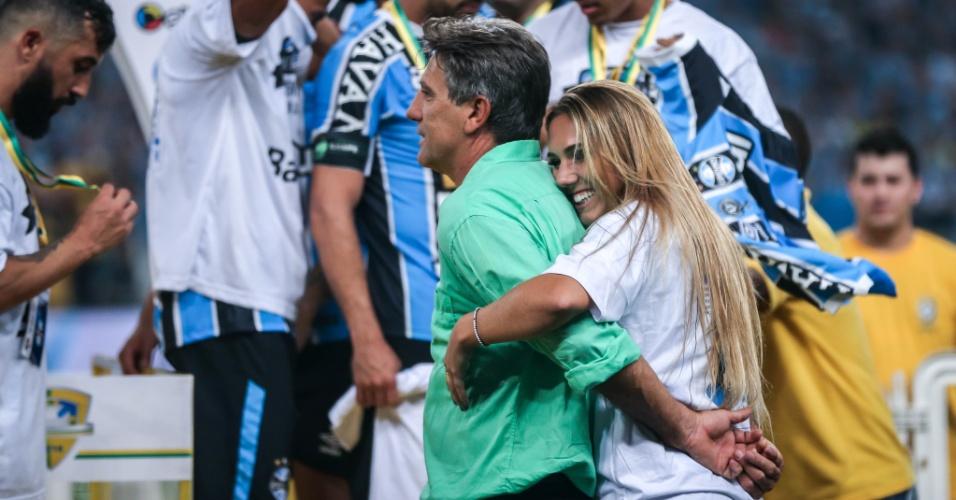 Carol e Renato se abraçam na festa gremista