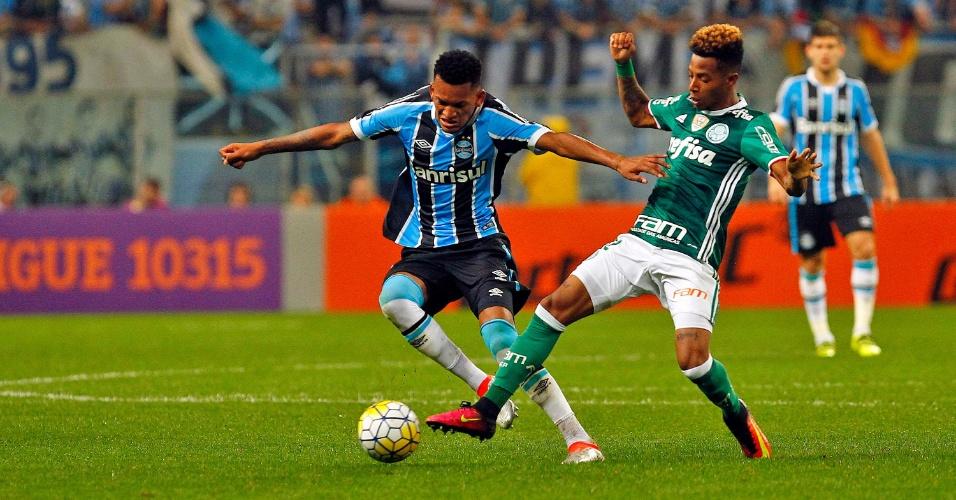 Jaílson, do Grêmio, protege a bola de Tchê Tchê, do Palmeiras, em partida válida pelo Campeonato Brasileiro