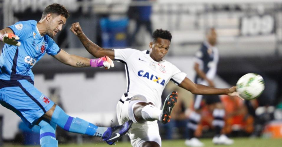 Martin Silva afasta a bola pressionado pelo atacante Jô durante a partida Corinthians e Vasco