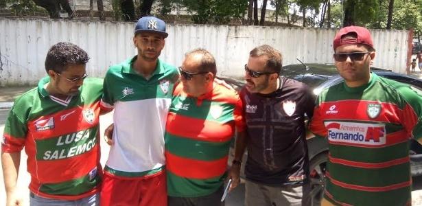 Bruno, atacante da Portuguesa, comemora vitória sobre o Barretos em bar diante do Canindé ao lado de torcedores, no início do ano: clube vive crise sem fim.