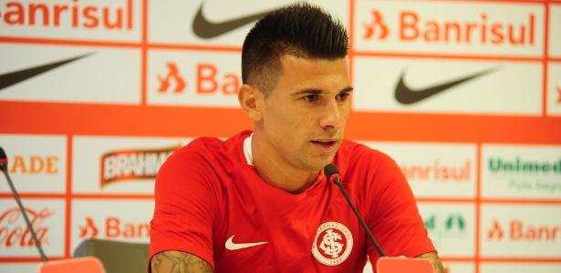 Victor Cuesta é apresentado pelo Internacional no CT do clube, em Porto Alegre