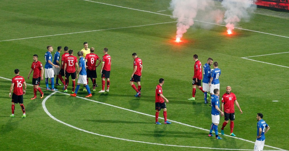 Torcedores da Albânia atiram sinalizadores no gramado durante a partida contra a Itália
