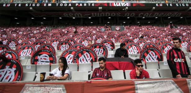 Torcida do Atlético-PR em jogo contra o Coritiba