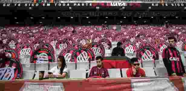 Torcida do Atlético-PR desanimada durante jogo contra Coritiba - Cleber Yamaguchi/AGIF - Cleber Yamaguchi/AGIF