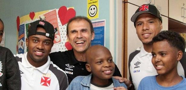 Kelvin (e), Milton Mendes (c) e Luís Fabiano (d) com crianças do Inca