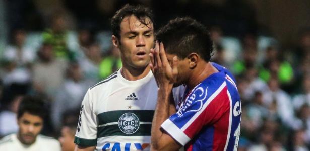 Kleber (e) dá cusparada na cara de Edson e é expulso em jogo do Coritiba no Brasileiro