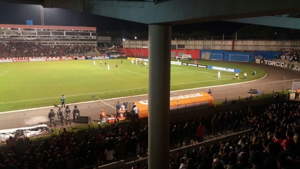 Detalhe da visão da área social da Vila Capanema, comprometida por um ponto cego durante o jogo entre Atlético-PR e Santos, pela Libertadores