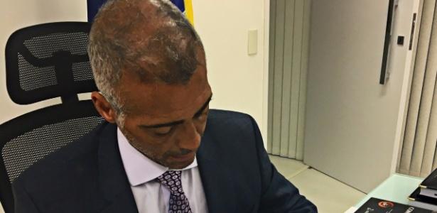 Romário ao assinar contrato com editora para lançamento de livro sobre futebol