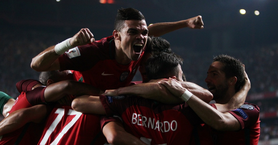 Jogadores de Portugal comemoram gol de André Silva contra a Suíça