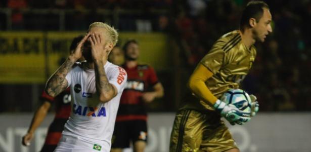 Lucas Lima lamenta chance desperdiçada durante jogo do Santos contra o Sport - Clélio Tomazi/AGIF