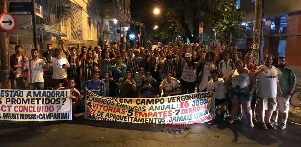Torcedores do Fluminense protestaram nesta terça-feira nas Laranjeiras contra o futebol