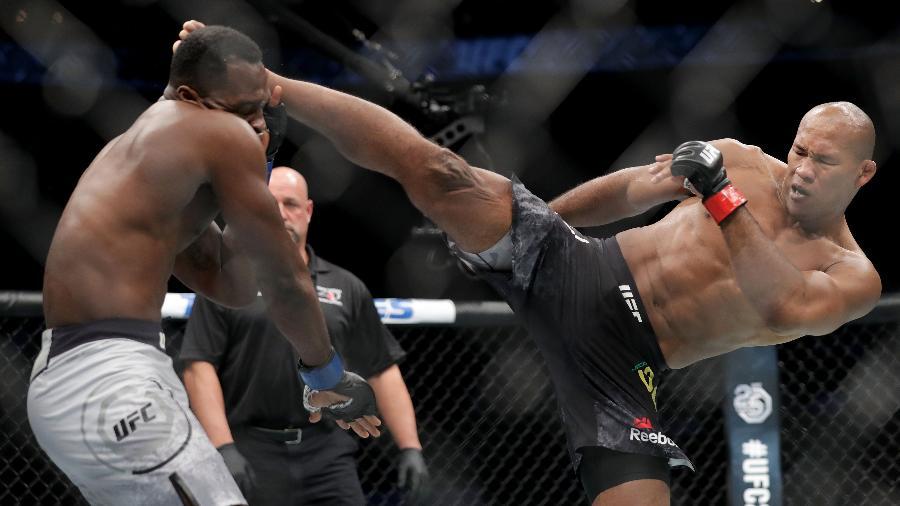 "Ronaldo ""Jacaré"" acerta chute em Derek Brunson durante UFC em Charlotte - Streeter Lecka/Getty Images/AFP"