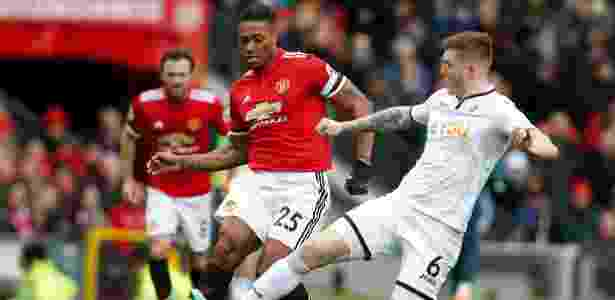 Mawson, do Swansea, tenta interceptar um passe de Valencia, do United - Andrew Yates/Reuters - Andrew Yates/Reuters