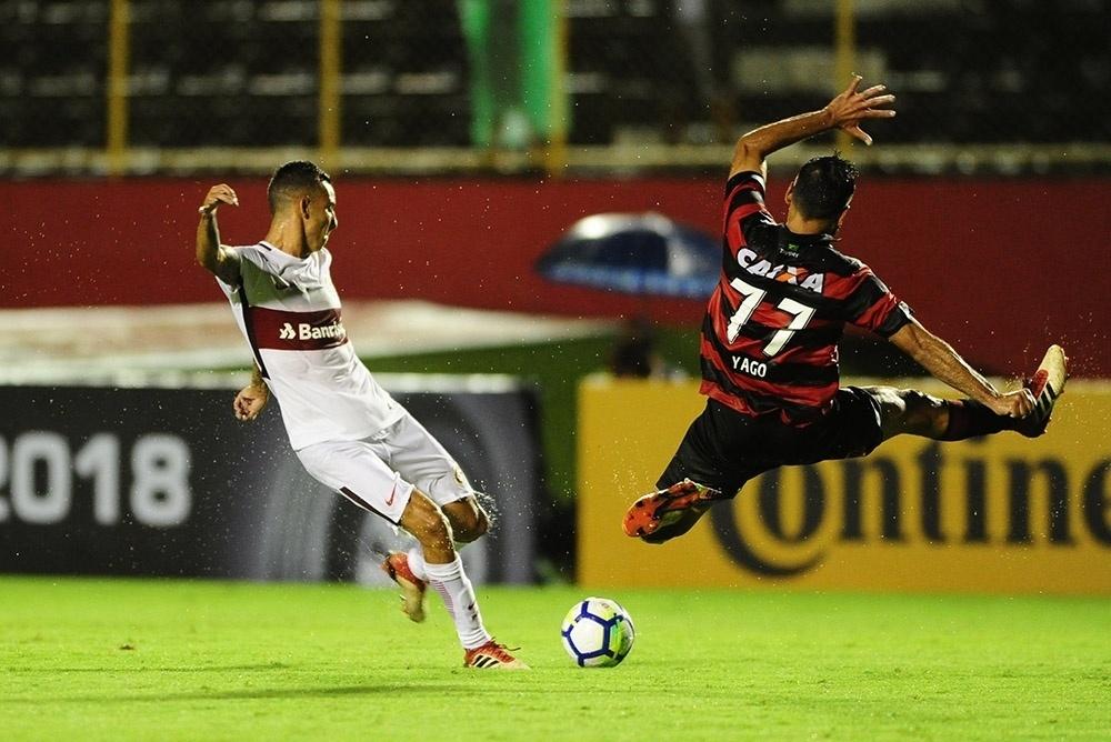 Yago se atira para tentar bloquear chute no jogo Vitória x Internacional pela Copa do Brasil 2018