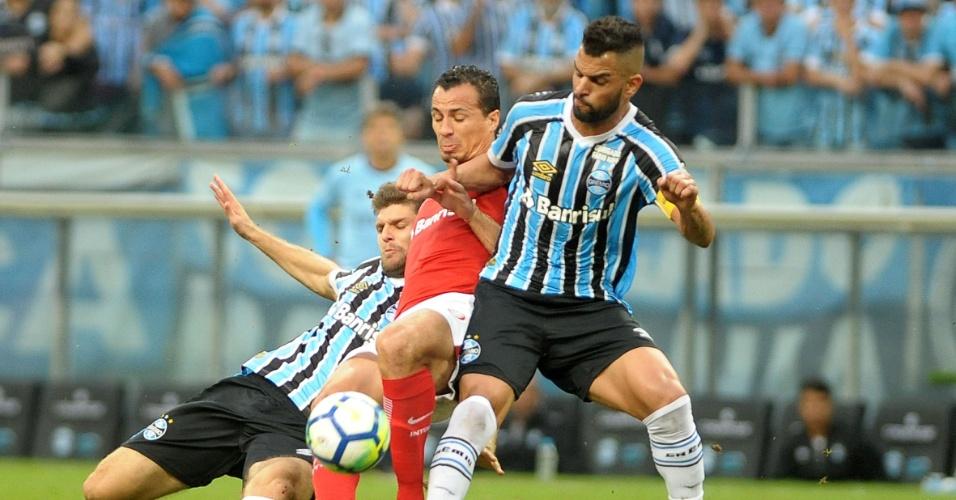 Maicon e Leandro Damião dividem durante clássico entre Grêmio e Internacional