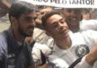 Reforço do Santos, Bryan Ruiz é recebido com festa de torcedores em Cumbica