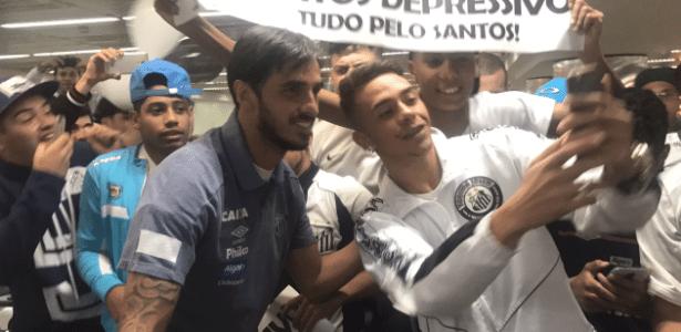 Costa-riquenho Bryan Ruiz é recebido por torcedores santistas no aeroporto de Cumbica - Reprodução/Santos FC