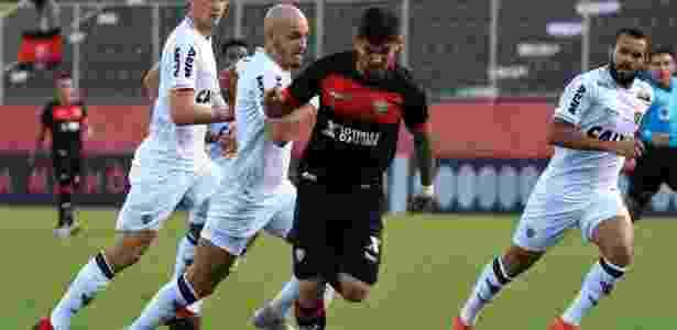 Léo Ceará, atacante do Vitória, é perseguido por jogadores do Atlético-MG - MAURICIA DA MATTA / EC VITÓRIA - MAURICIA DA MATTA / EC VITÓRIA