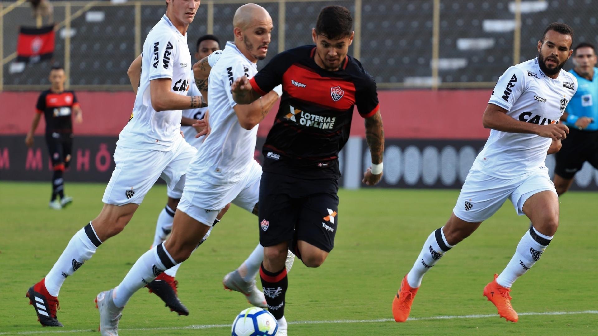 Léo Ceará, atacante do Vitória, é perseguido por jogadores do Atlético-MG